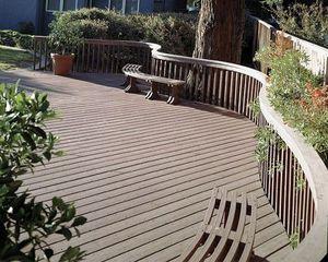 Большое деревянное ограждение террасы