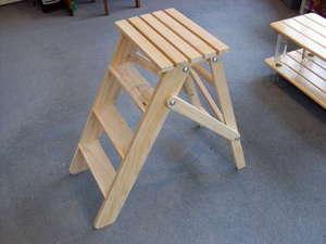 Стремянка-табурет - это один из удобных вариантов приспособлений, предназначенных для того, чтобы доставать вещи с верхних полок.