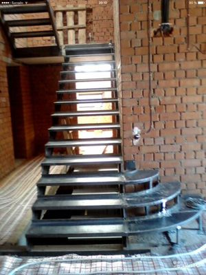Железная лестница с деревянными ступенями