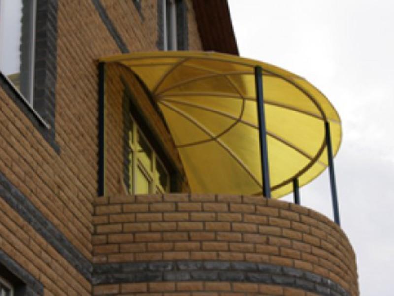 Козырек из поликарбоната над крыльцом дома: виды и преимущес.