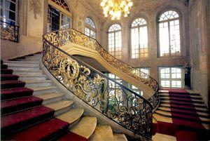 Лестница в доме с коваными перилами в стиле рококо