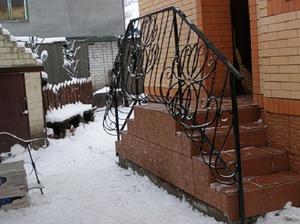 Частный дом с крыльцом и лестницей - распространенное решение.