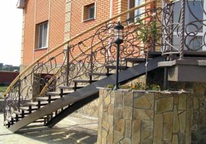 Кованая лестница - это красиво и прочно.