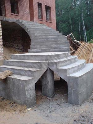 Винтовая наружная лестница - это решение, скорее, дизайнерское, чем функциональное.