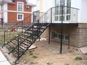 Лестницы из металла могут быть очень простыми и дешевыми.
