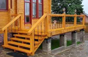 Входная лестница на косуорах из дерева - привлекательное решение.
